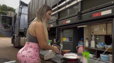 A vida na boleia de uma caminhoneira acidentes, comida na estrada, solidão...